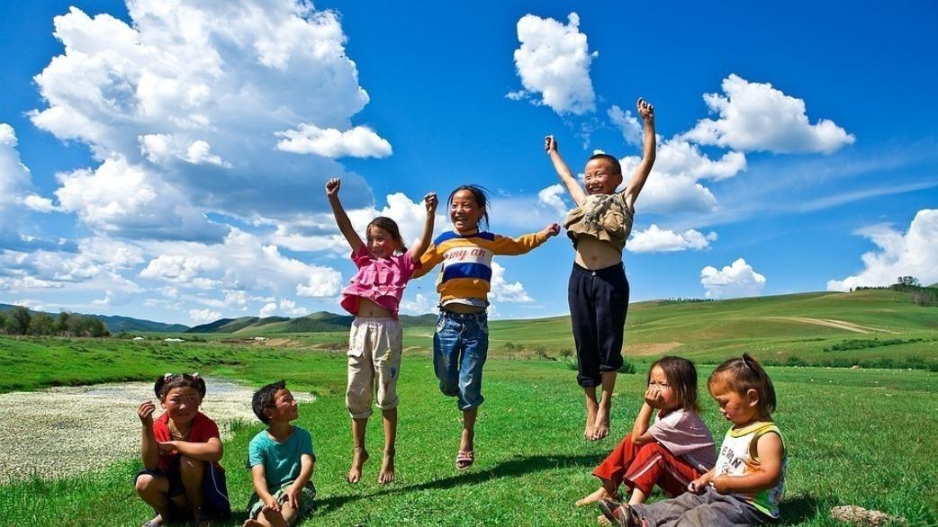 Header_children_jumping_outside
